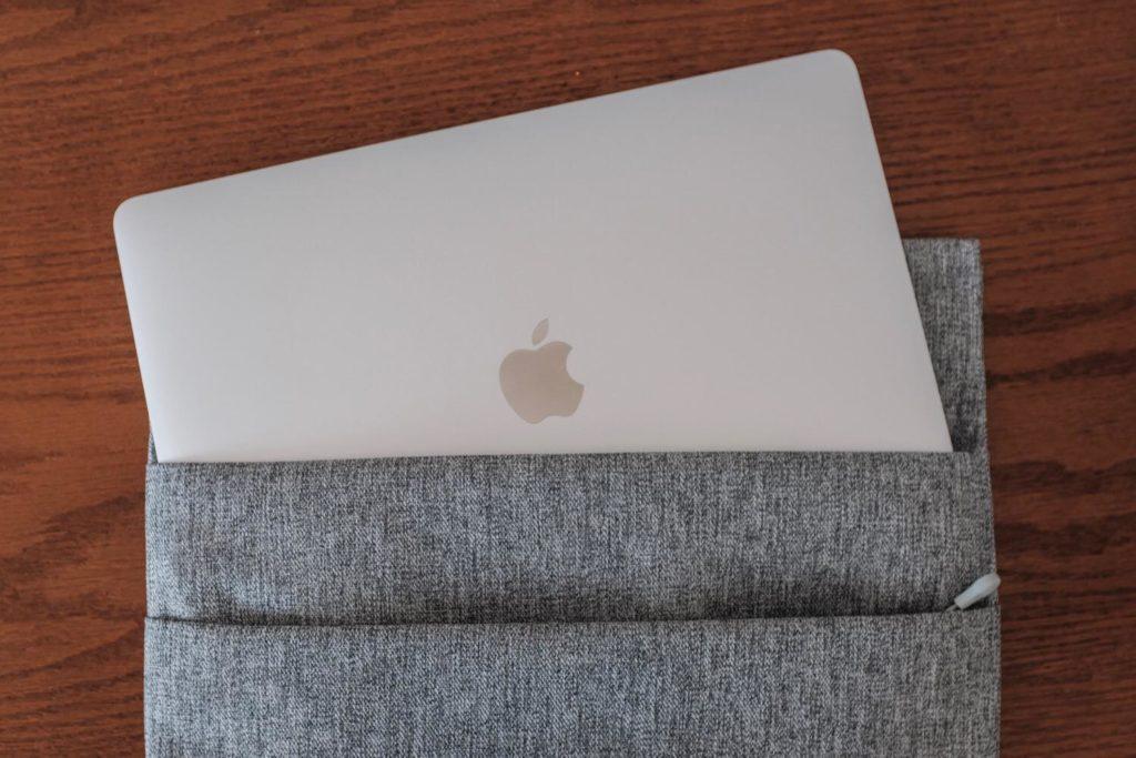 MacBook Pro 13インチ (2018) モデルのスリーブケースはぴったりサイズの『inateck』がおすすめ