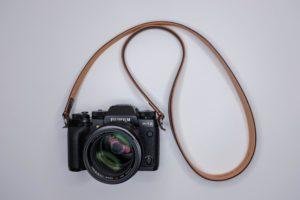 革の繋ぎ目がない。ULYSSES(ユリシーズ)『クラシコ・ヴァリアンテ』はミラーレス時代におすすなレザーカメラストラップ